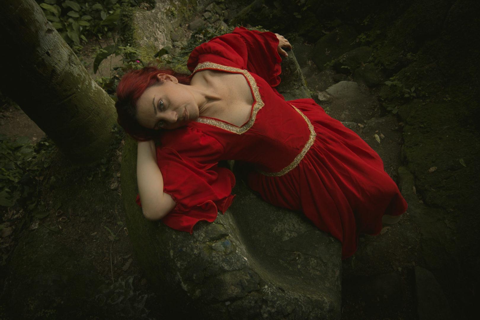 A Dama de Vermelho: Ensaio temático medieval